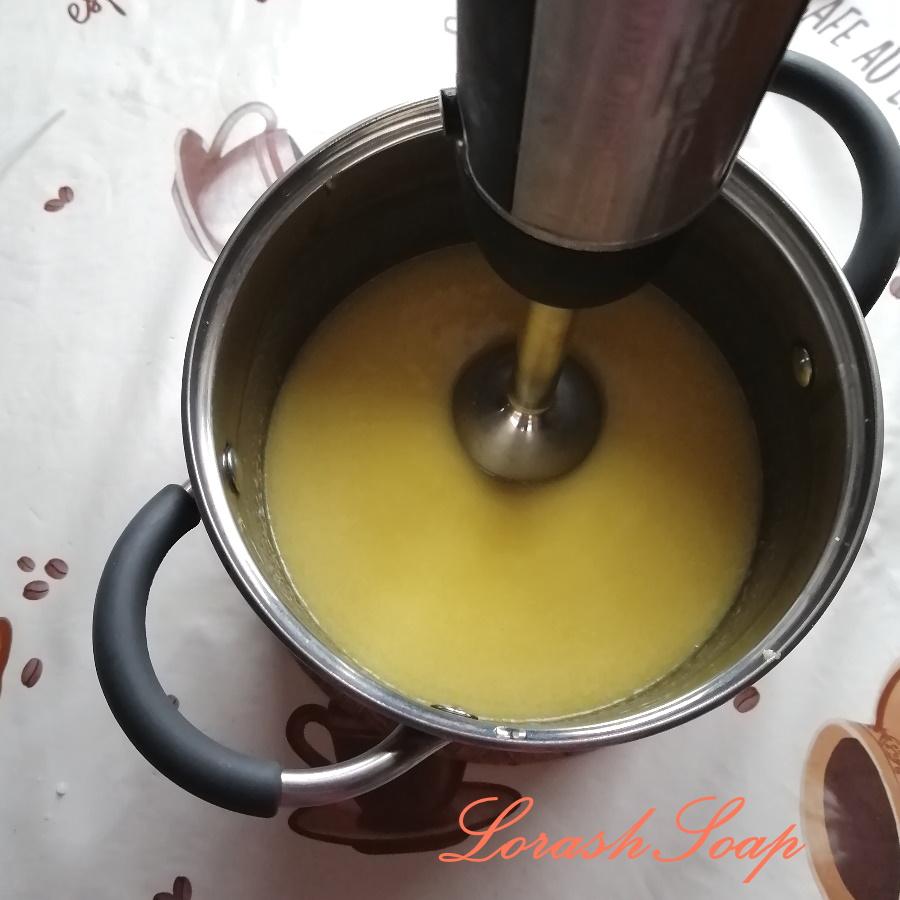 Перемешивание масел и щелочного раствора блендером до легкого следа