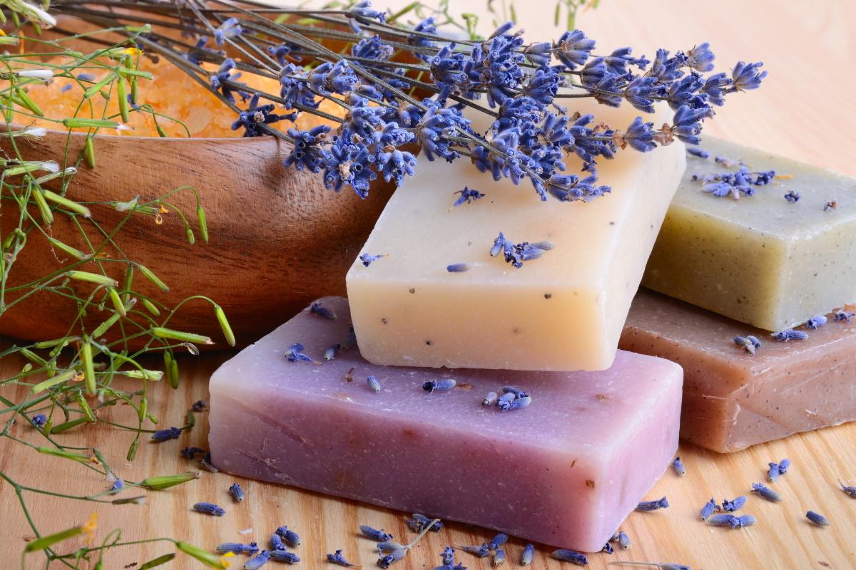 куски мыла и ингредиенты для мыловарения на подносе