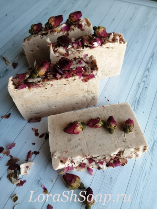 Натуральное мыло с розовыми лепестками
